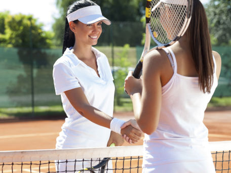 Zwei Damen bei Tennis - © LuckyBusiness / 2016 Thinkstock.